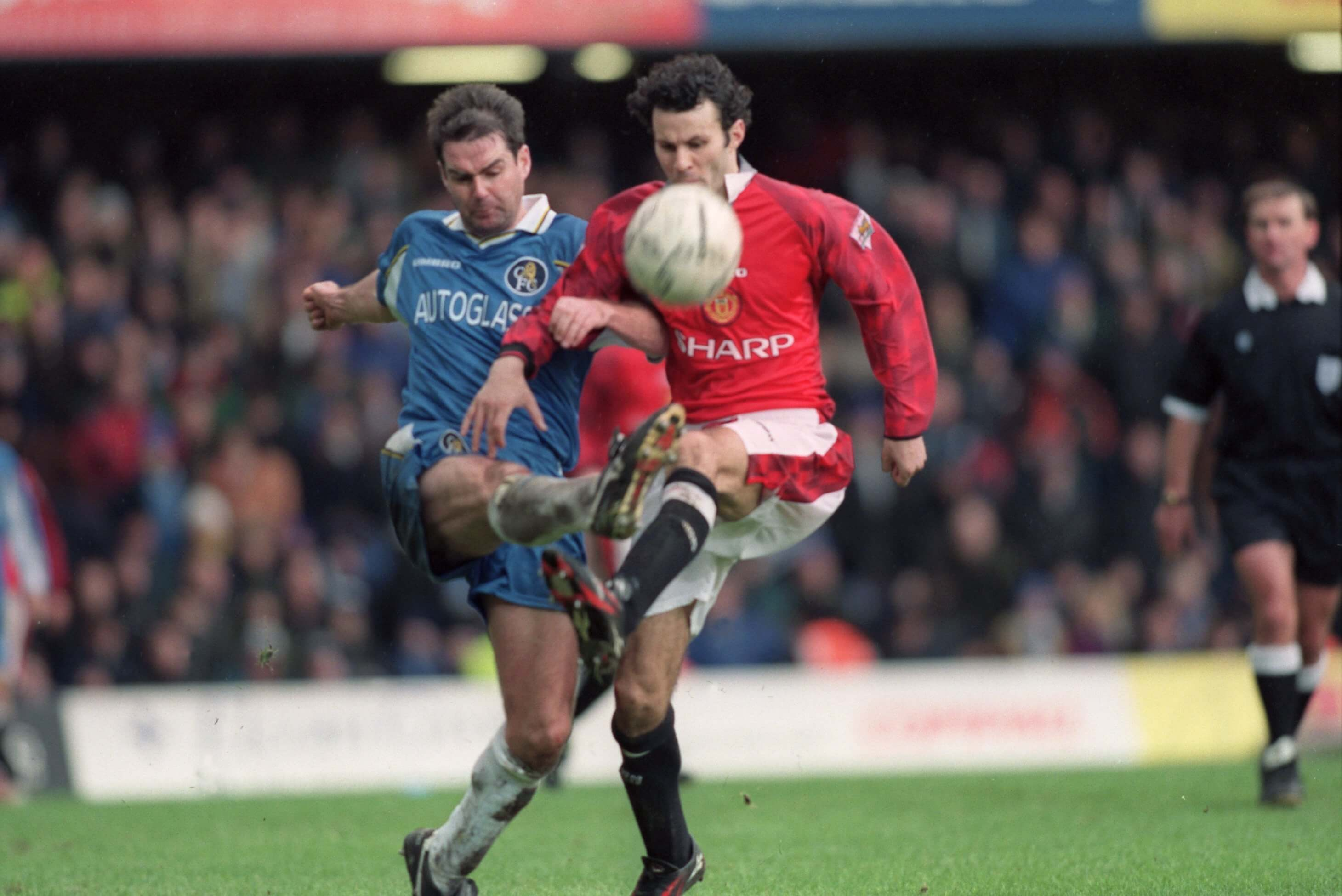 Chelsea v Man Utd: Bridge battle evokes classic memories